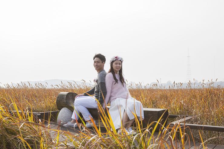 葦原の中でポーズをとっているカップル。