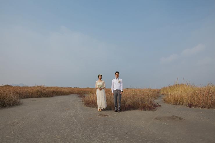 牛音島の真ん中に立ってポーズをとっているカップル。