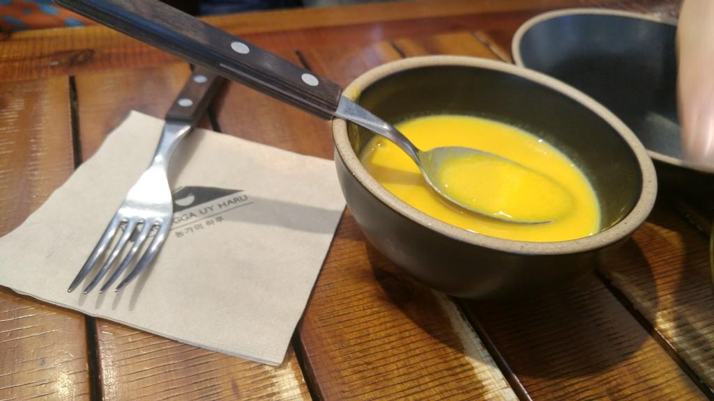 호박수프는 개인 그릇에 덜은 모습