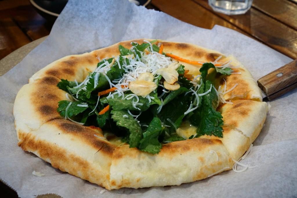 제철 나무를 얹은 피자