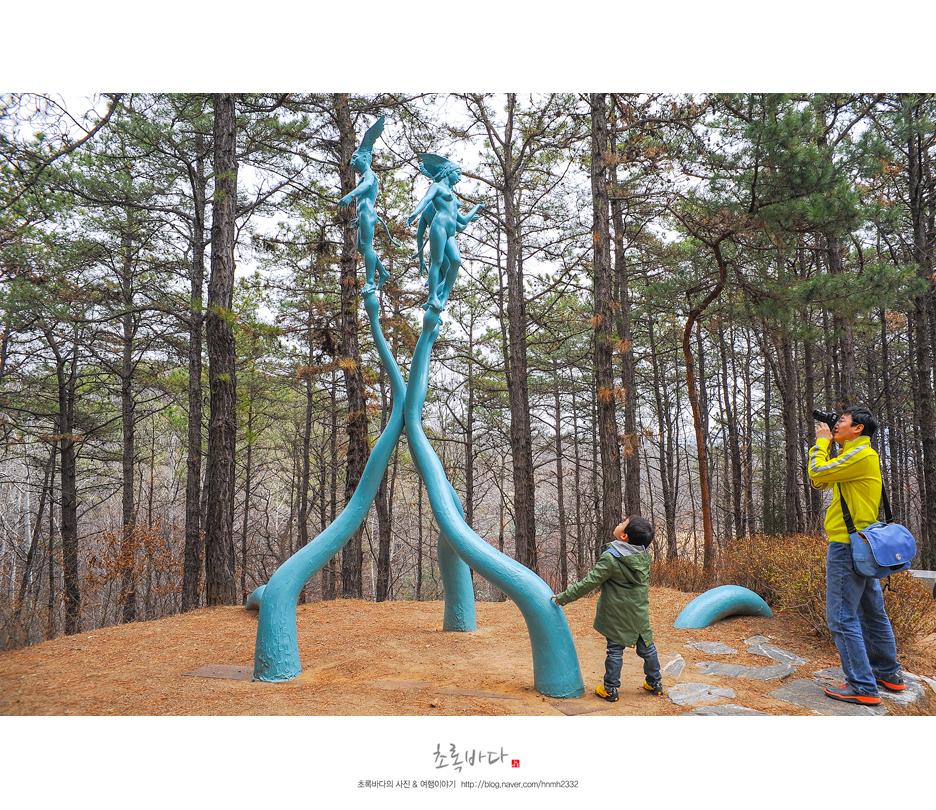 나무의 형상을 하고 있는 인간 조각작품
