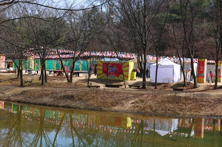 건너편으로 보이는 한국민속촌