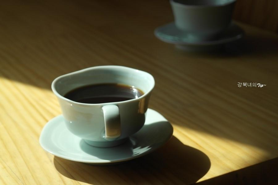 찻집에서 마시는 커피