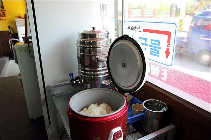 공깃밥과 국물을 맘껏 가져다 먹을 수 있는 셀프 코너