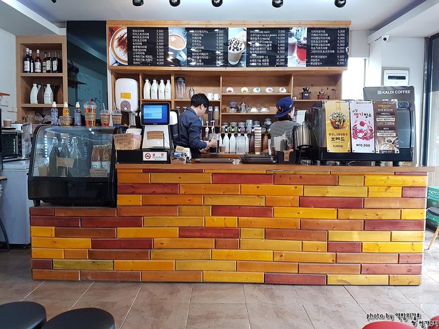 식당 바로 옆의 카페