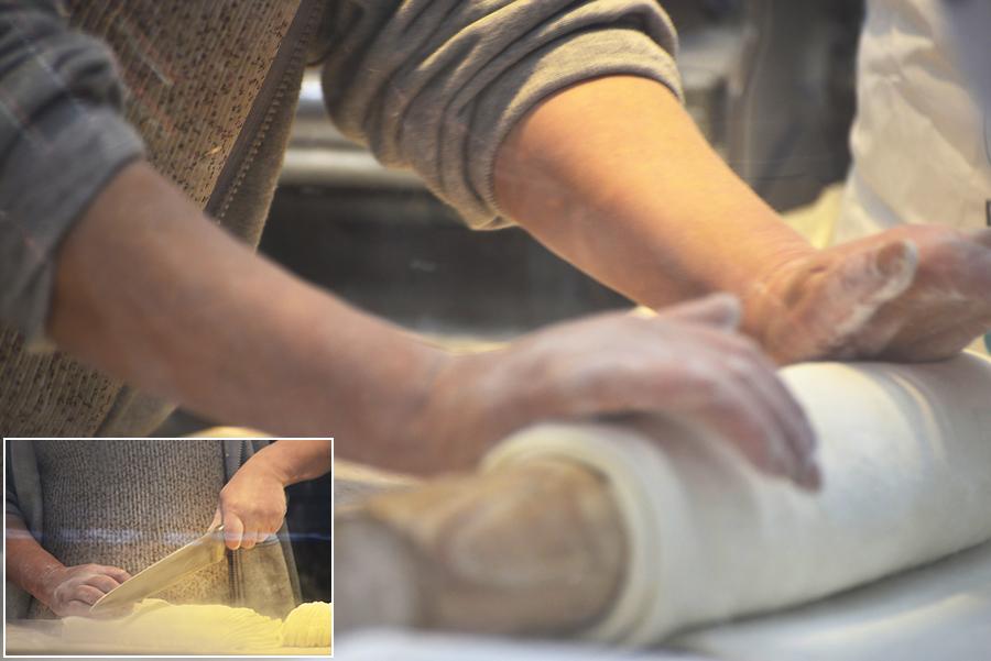 밀가루 반죽을 밀대에 미는 사진