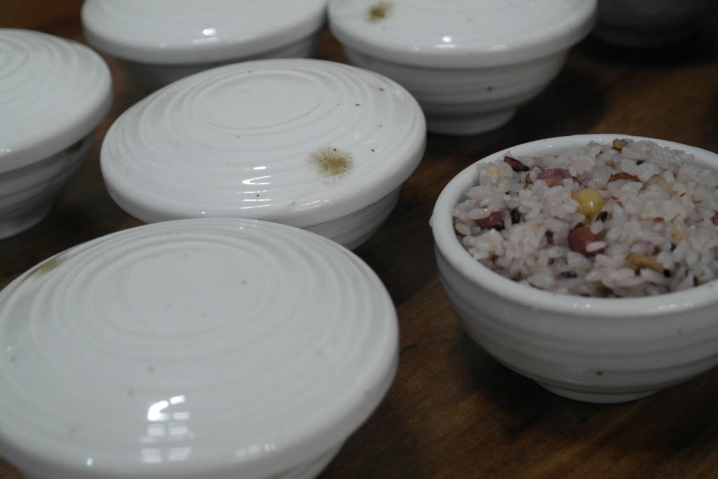 하얀 식기에 담긴 공기밥