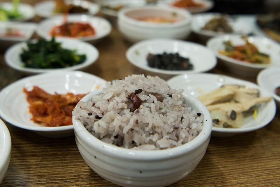 수북이 담긴 공기밥