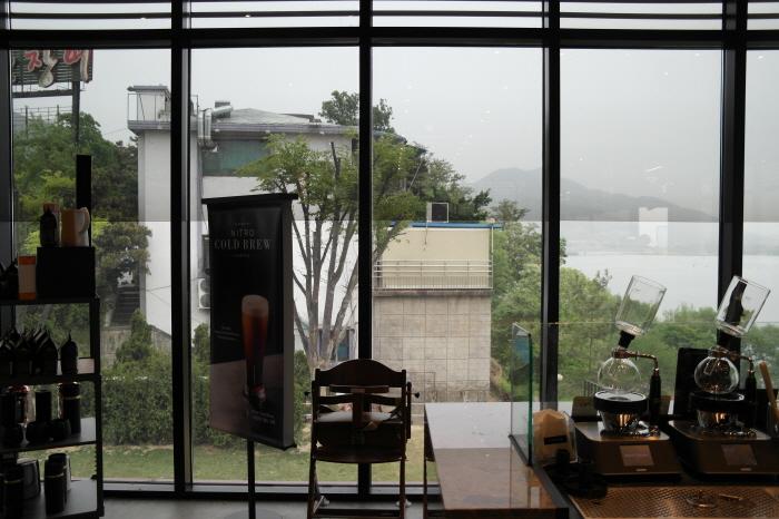남양주 스타벅스 리버사이드팔당DT점에서 보는 한강