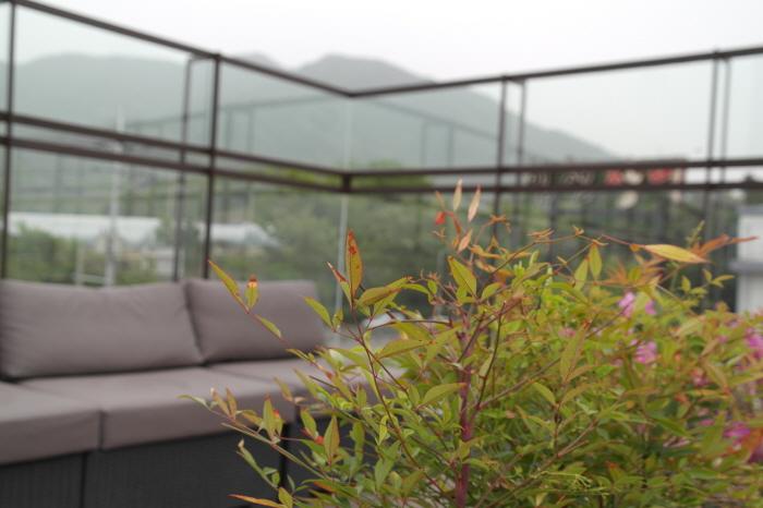 식물과 꽃들 사이사이 있는 좌석들