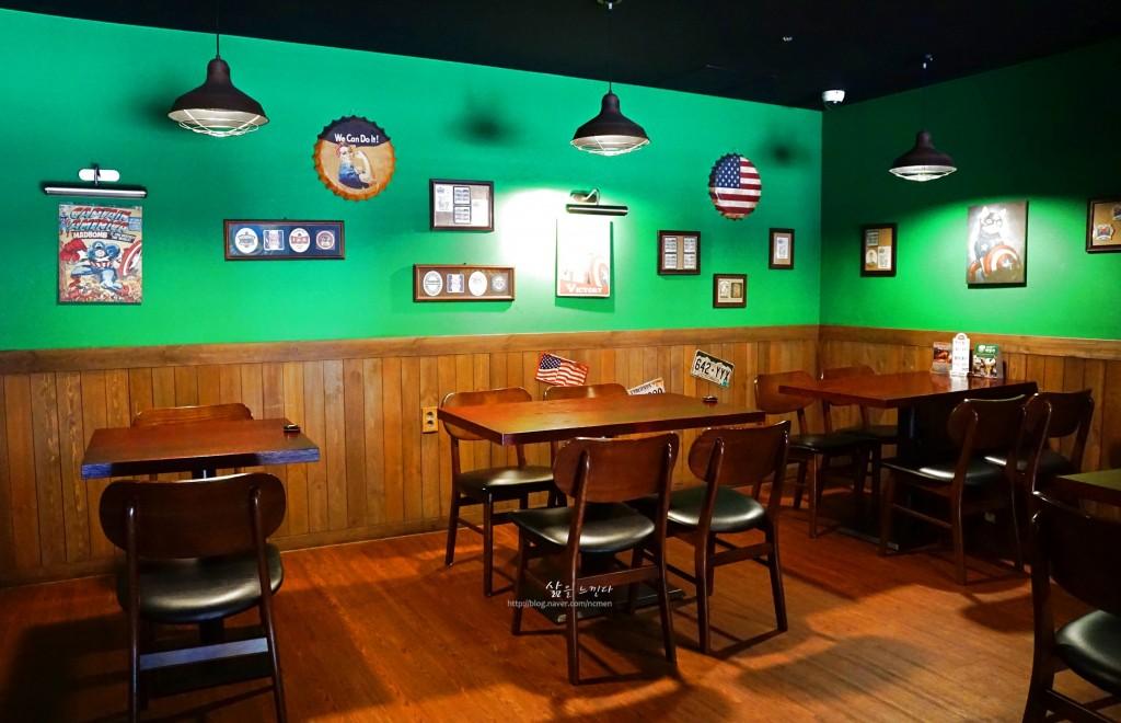 미국의 로컬 레스토랑의 분위기를 살린 내부 인테리어