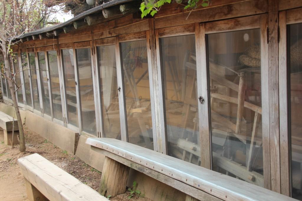 식사 공간 앞쪽에 마련된 옛 농기구와 민속품들이 전시되 있는 공간