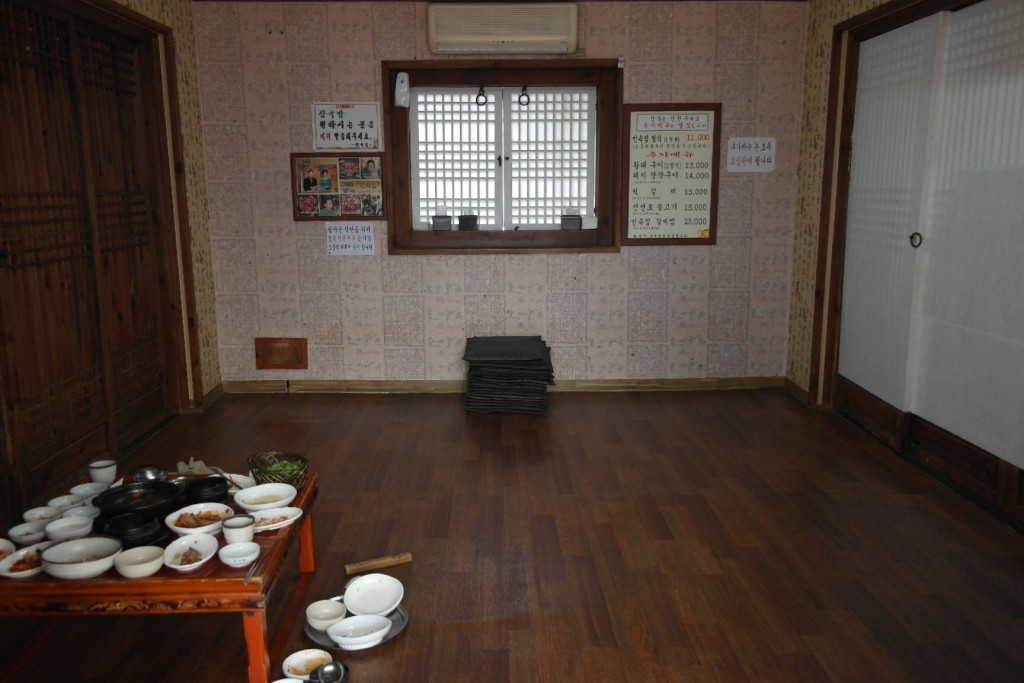 배정받은 민속집 방 내부 모습