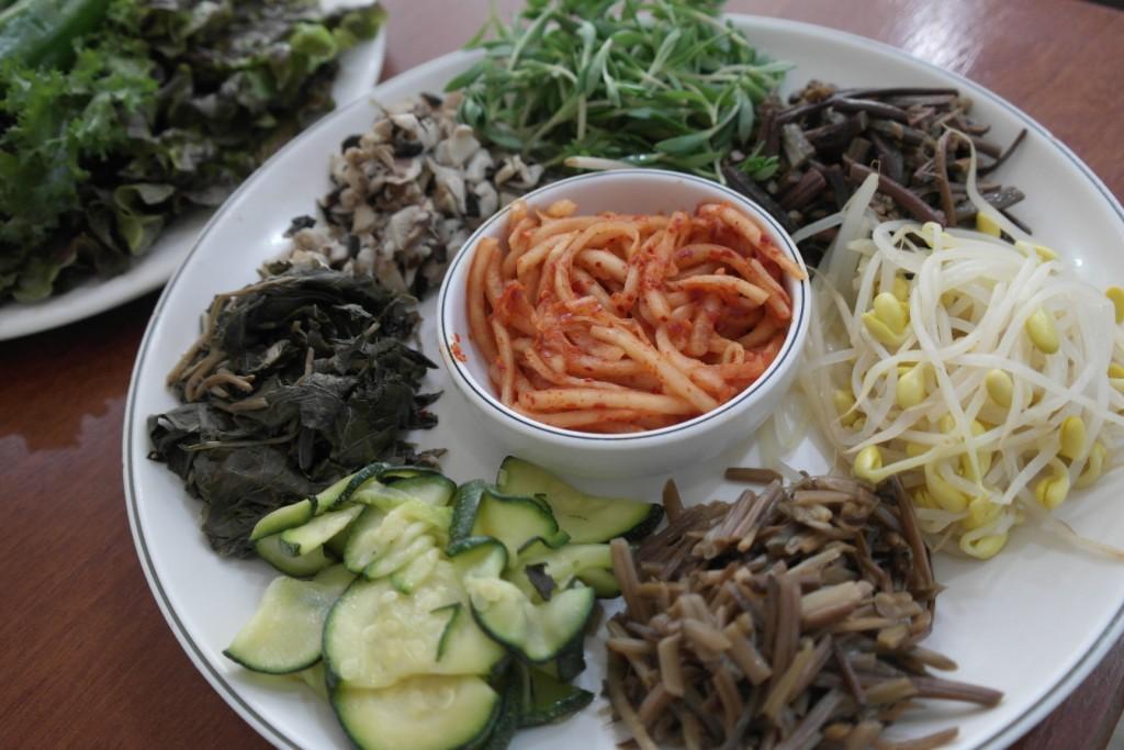 보리밥과 함께 나온 나물들