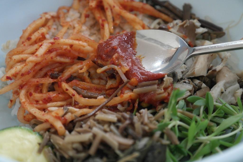 보리밥과 나물을 함께 비비는 모습