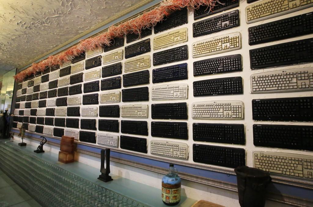 벽면의 키보드 전시품들