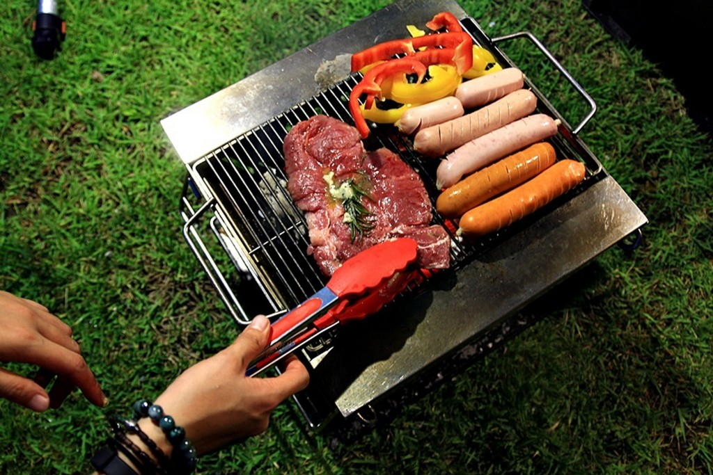 화로에 올려진 고기와 야채, 소시지
