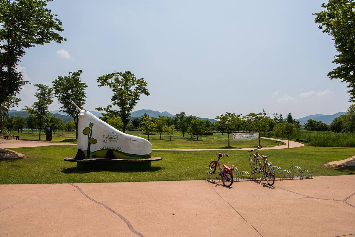 조형물과 자전거