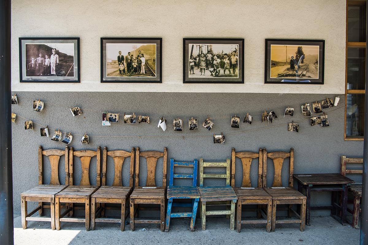 역 외관벽 사진들과 의자들
