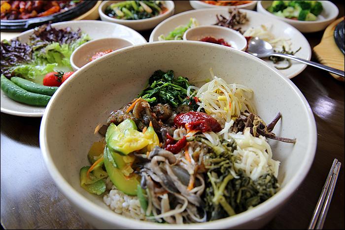 나물들을 올린 비빔밥