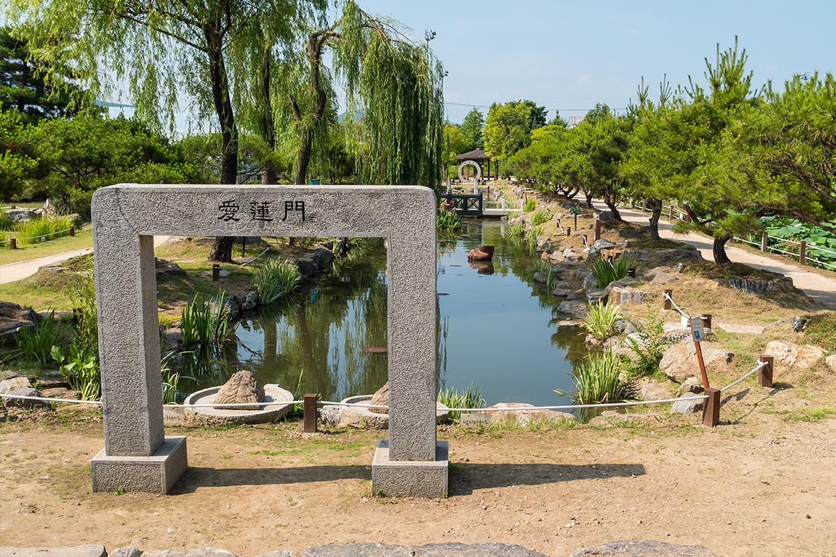 돌문과 연못이 보이는 풍경