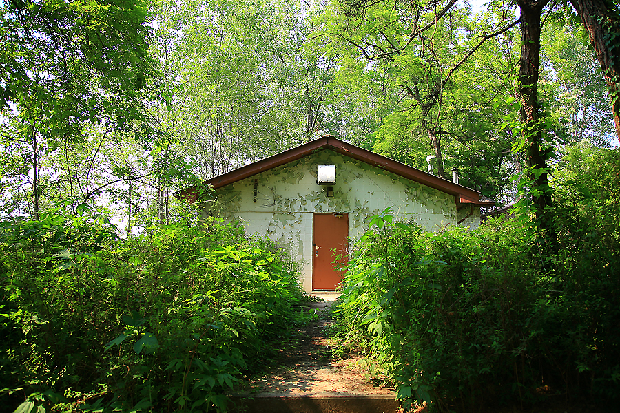 산책로 사이의 집