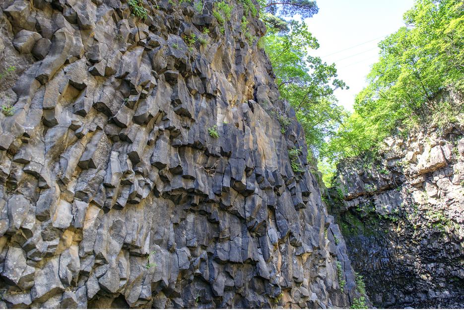 계곡이 만들어낸 기형적인 돌벽