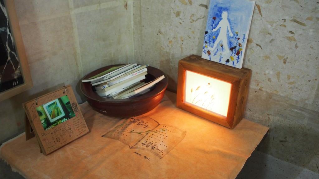 책과 액자가 있는 테이블 모습