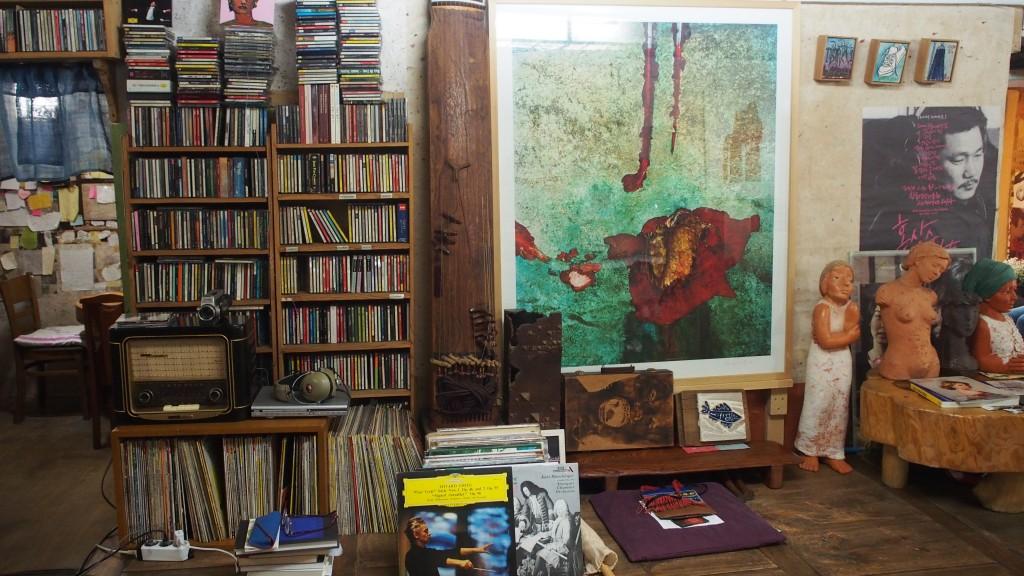 LP판과 CD와 책이 가득한 찻집 내부