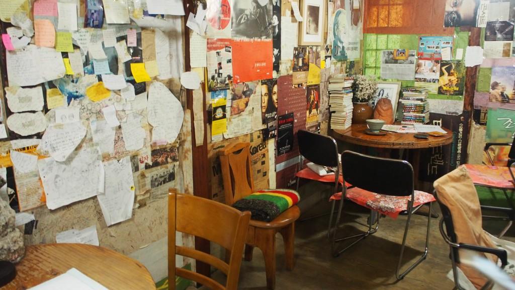 벽면을 가득 채운 포스트잇과 종이들, 앉을 수 있는 좌석들