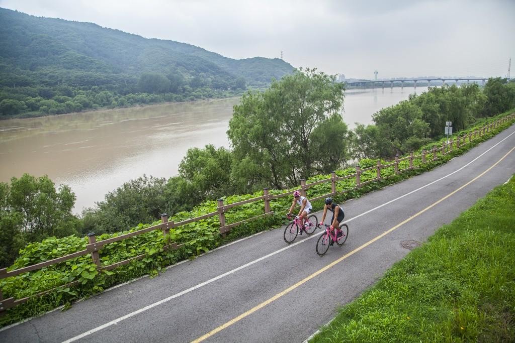 남한강자전거길에서 자전거 타는 모습