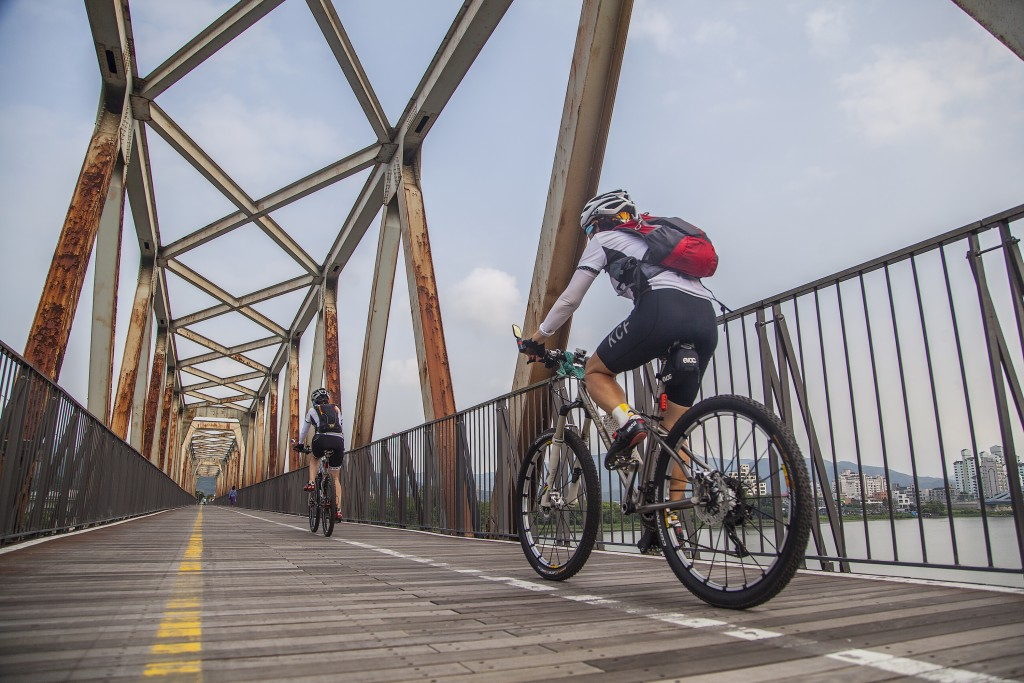 북한강철교 자전거타고 지나가는 모습