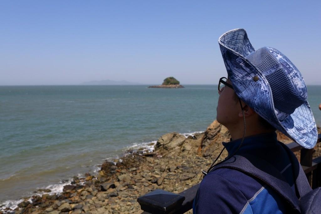 대부해솔길에서 바다를 보고 있는 어린이