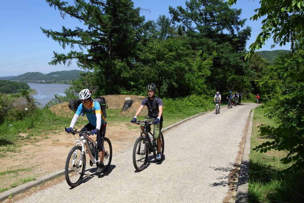 평화누리길 트레킹 코스에서 자전거를 타는 사람들