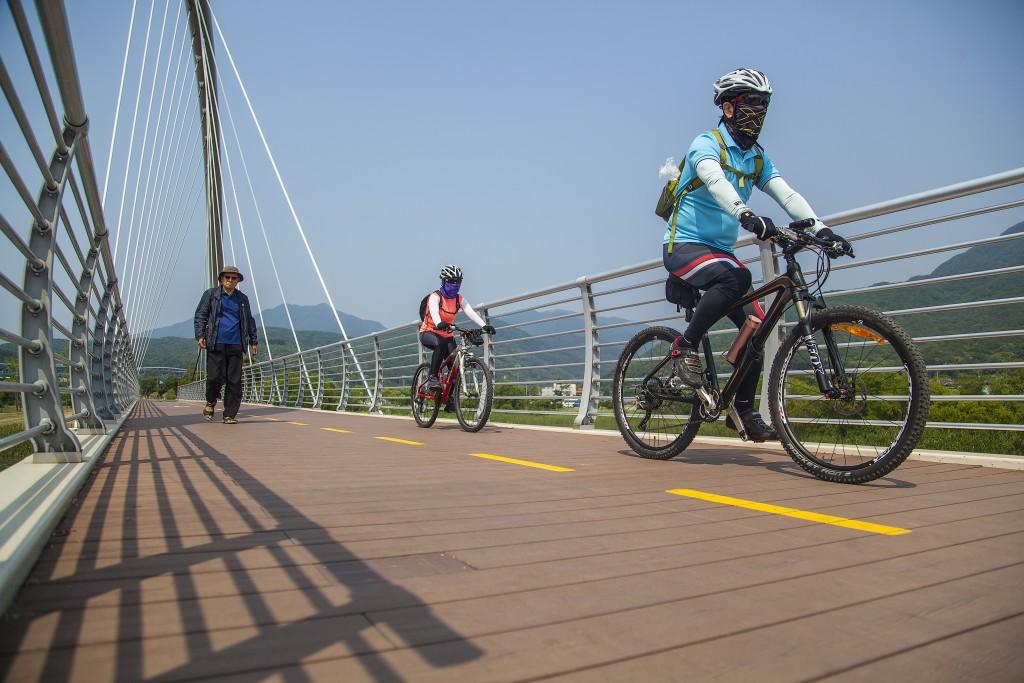 북한강 자전거길에서 자전거를 타는 사람들