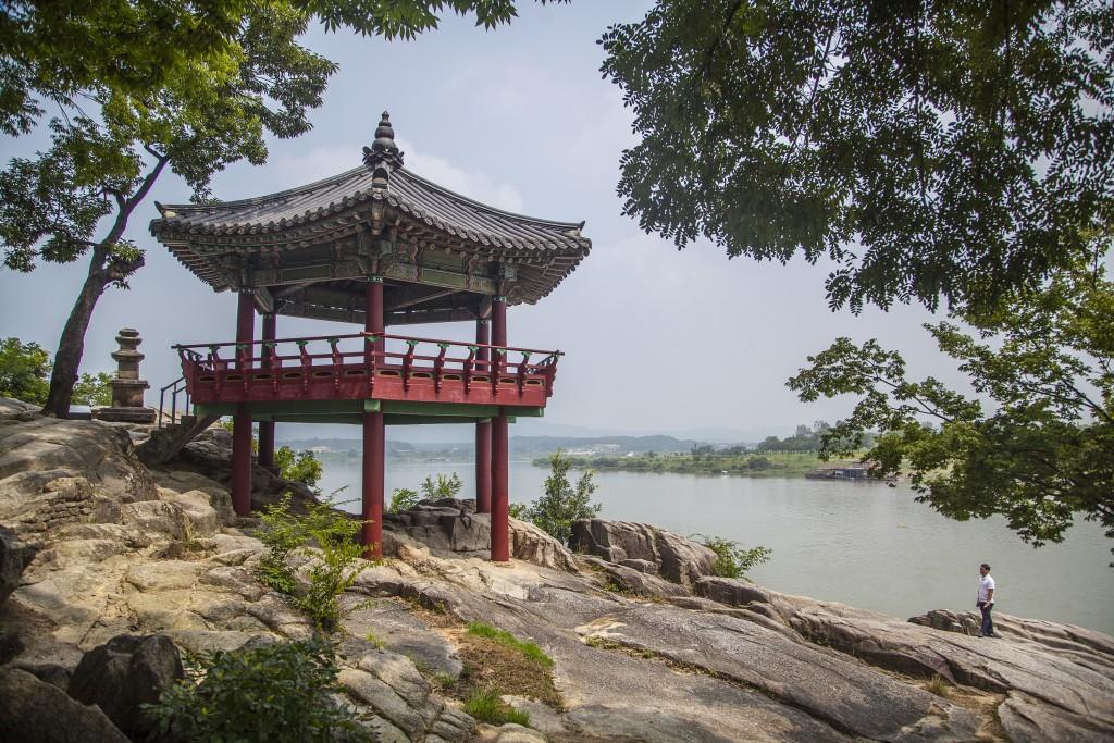 여강길의 강과 정자 전경