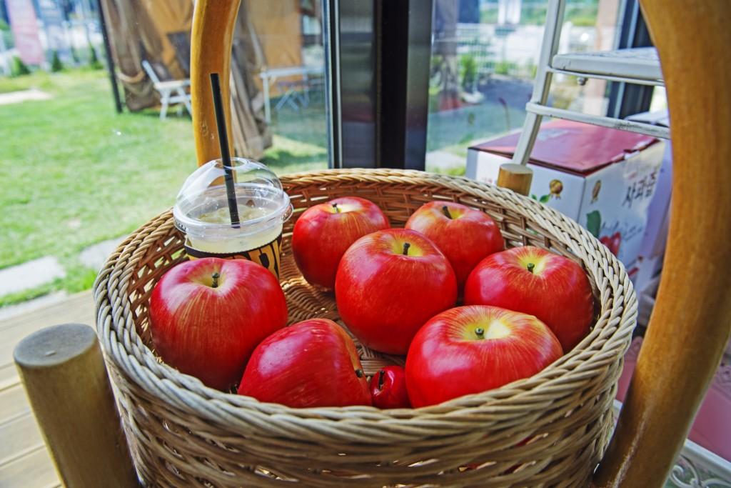 사과가 들어있는 바구니와 사과주스