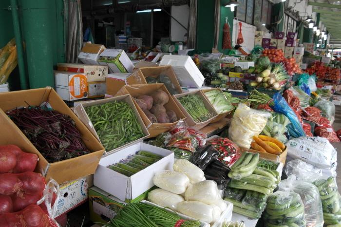 여러 채소소를 판매하는 모습