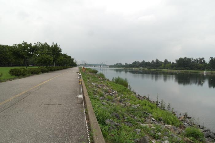 자전거 도로와 호수