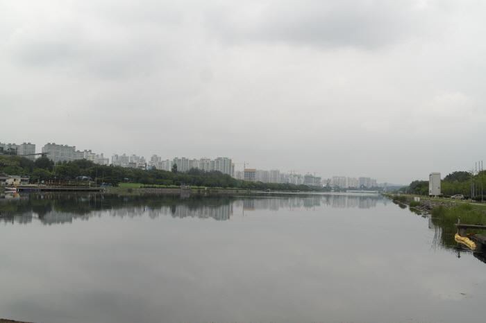 호숫가 풍경