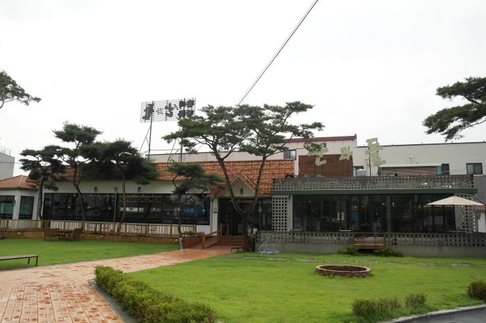 넓은 대지에 지어진 남양주 산과들가든 건물모습