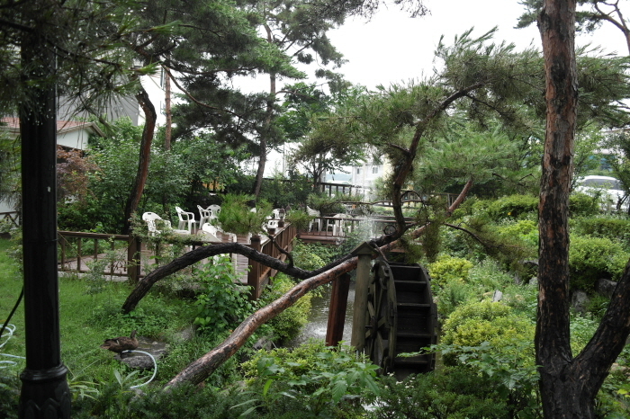물레방아가 있는 정원 풍경