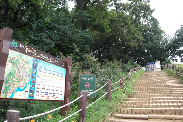 아차산 등산길 계단 사진
