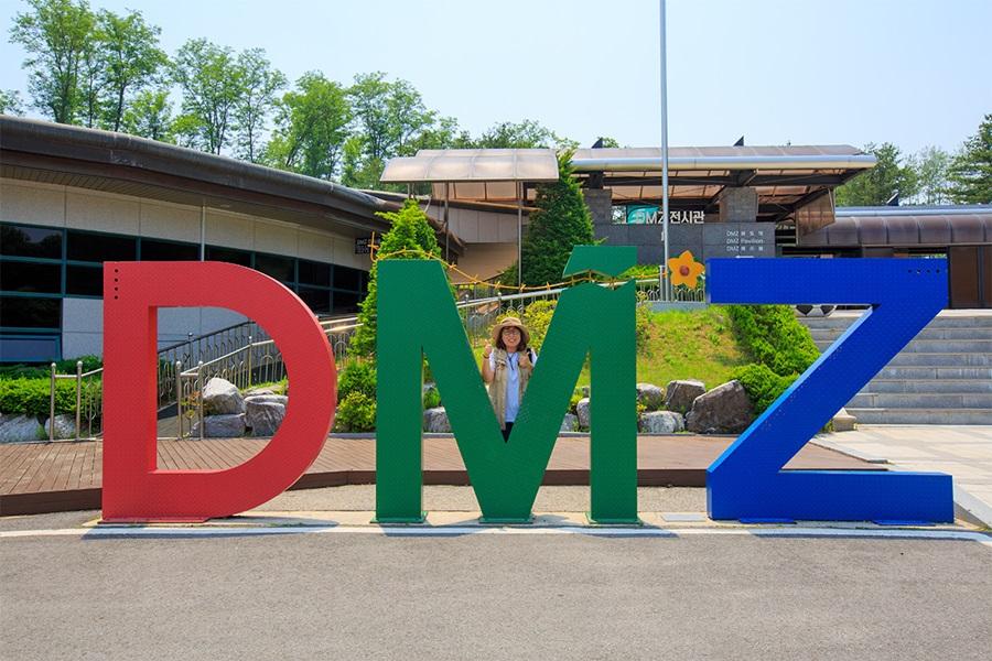 DMZ 조형물에 서있는 사람