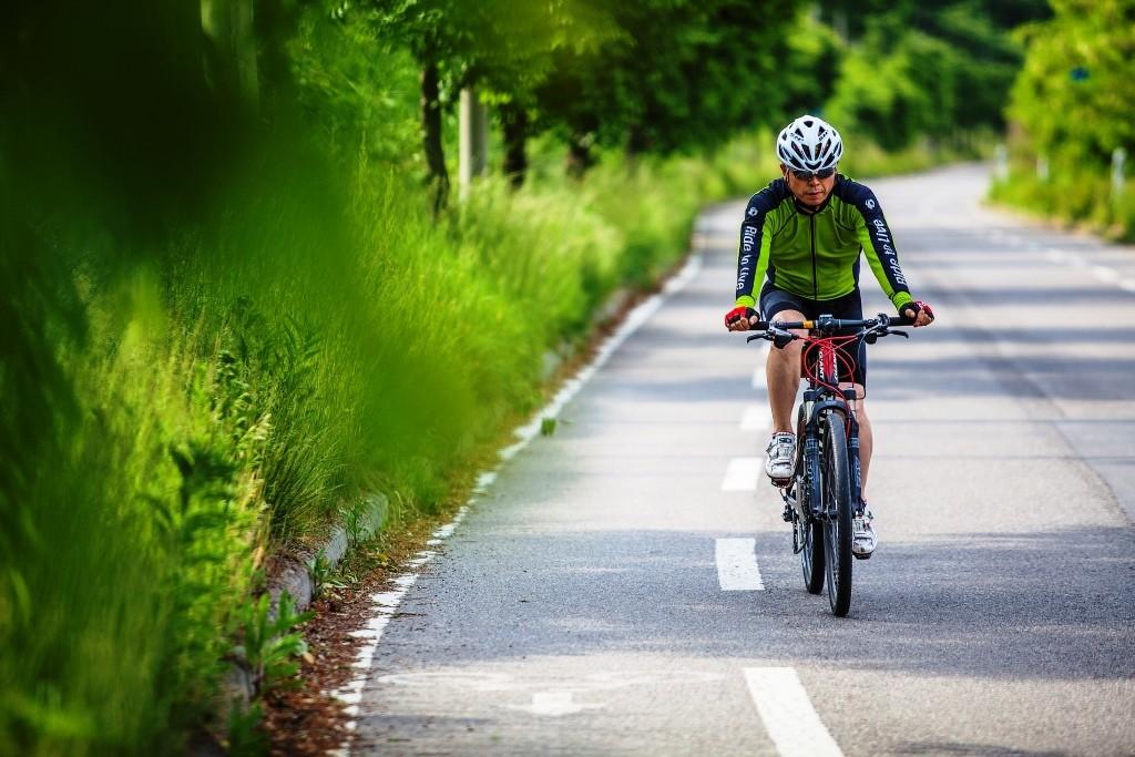 평화누리길 6코스에서 자전거를 타는 사람