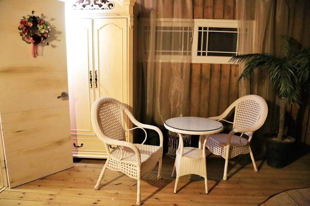 펜션 안 의자와 테이블