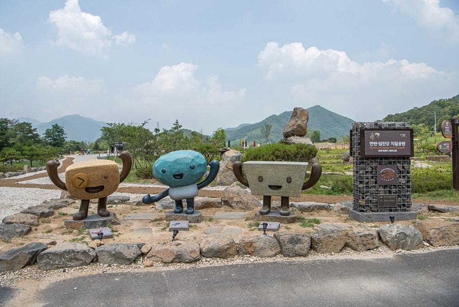 한탄.임진강 지질공원 표지판과 마스코트 조형물