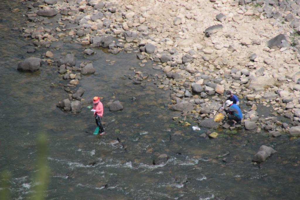 한탄강에서 천렵하는 사람들