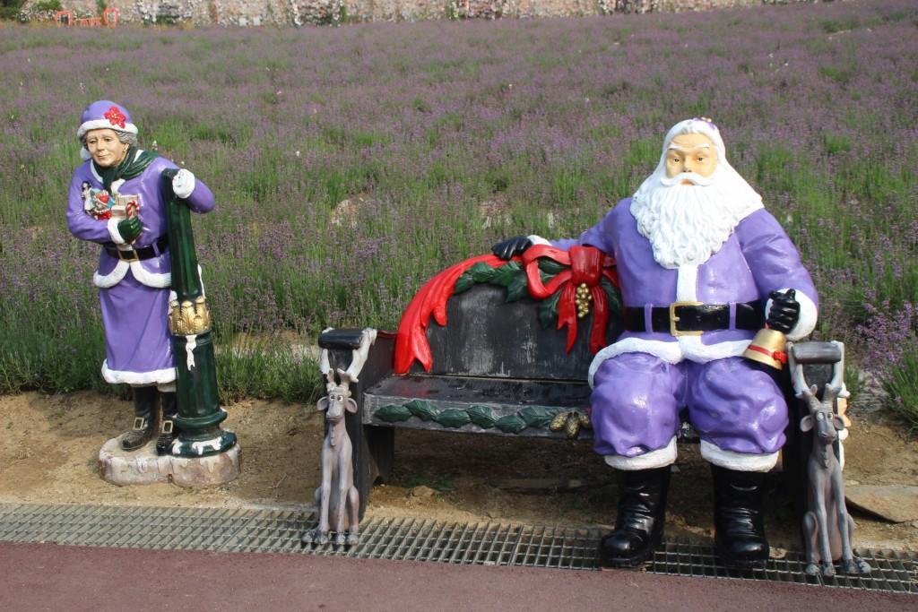보라색산타와 산타할머니 조형물