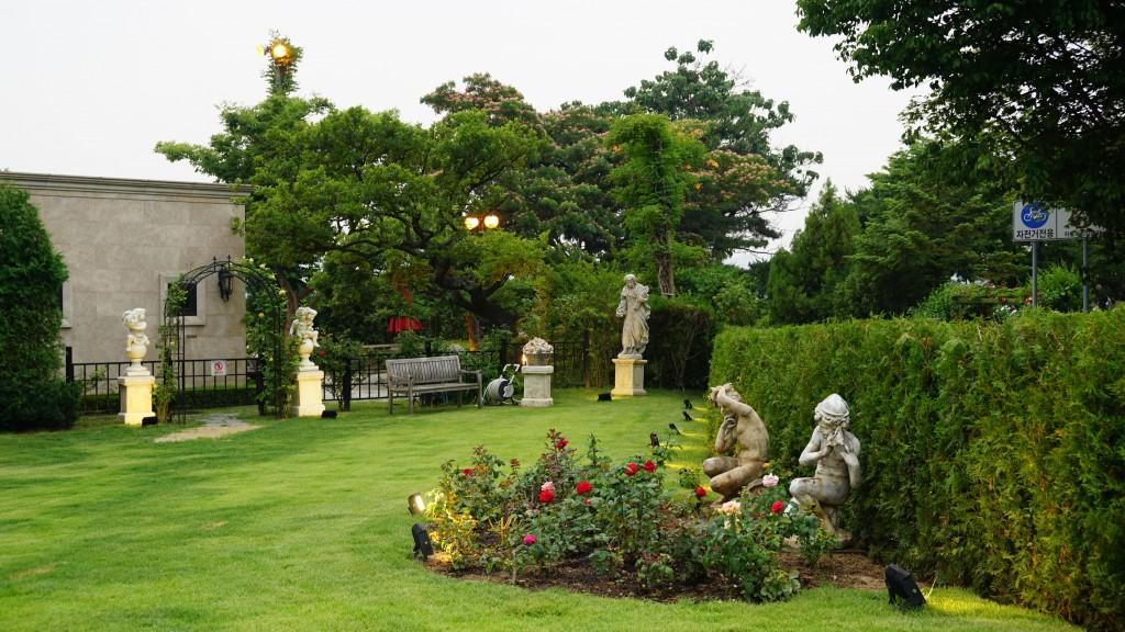 야외 잔디와 조각상들